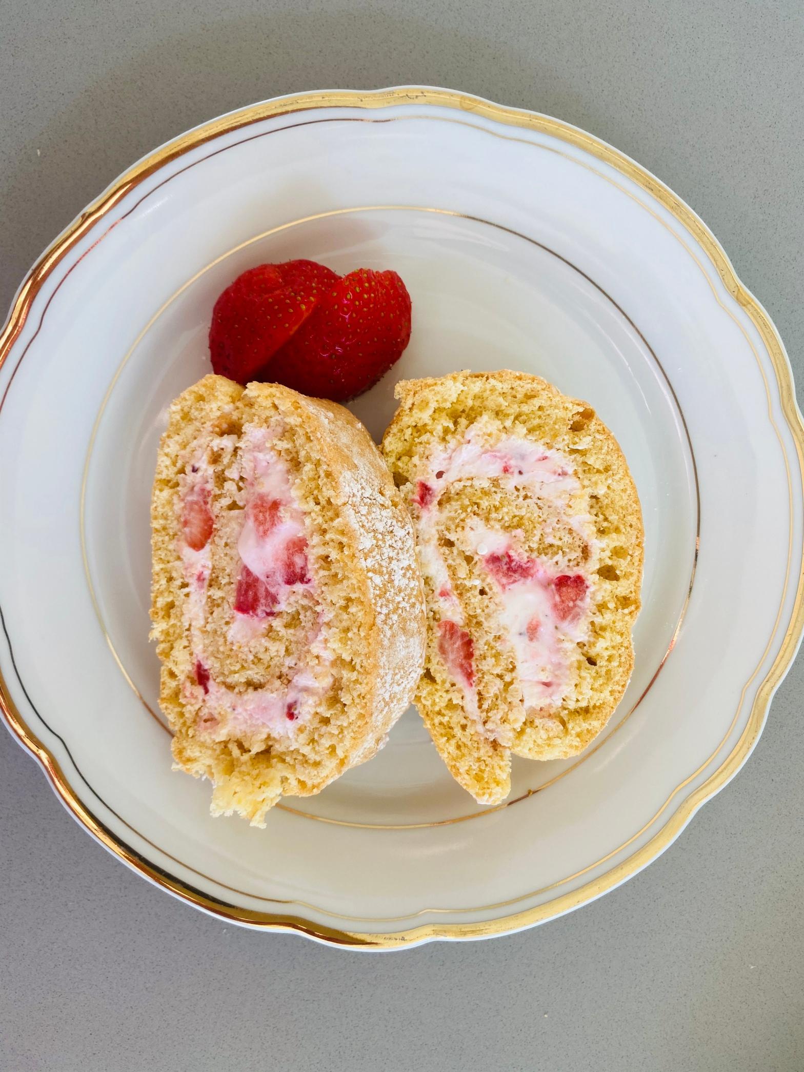 Biskuitroulade mit Erdbeercreme
